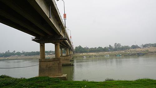 Cầu Thiệu Hoá cao khoảng 25m, nước rất sâu và chảy xiết. Ảnh: Lê Hoàng.