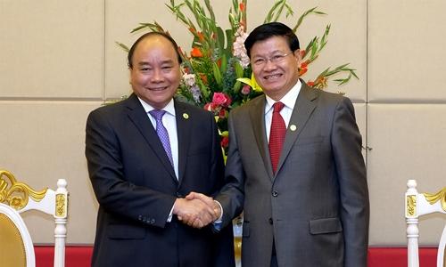 Thủ tướng Nguyễn Xuân Phúc (trái) vàThủ tướng Lào Thongloun Sisoulith. Ảnh: VGP.