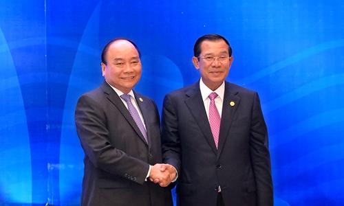 Thủ tướng Nguyễn Xuân Phúc và Thủ tướng Campuchia Hun Sen. Ảnh: VGP.