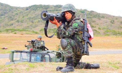 Binh sĩ thuộc lực lượng phòng vệ Đài Loan thực hành bắn tên lửa chống tăng nội địa. Ảnh: Tapei Times.