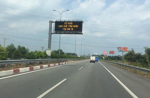 Đơn vị quản lý cao tốc Long Thành cảnh báo khóitrên các bảng điện tử. Ảnh: Vân Quỳnh.