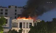 Khói lửa dữ dội phía trên cửa hàng thời trang gần Hồ Gươm