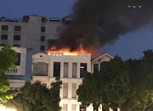 Đám cháy bốc lên từ tầng trên của toà nhà. Ảnh: Tuấn Anh
