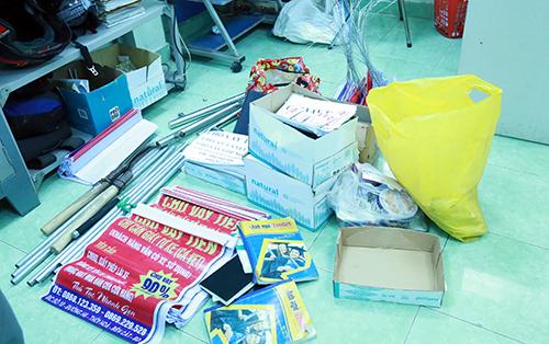 Các giấy tờ, sổ sách ghi nợ và hung khí cảnh sát thu giữ tại công ty của các nghi can. Ảnh: Nguyệt Triều.