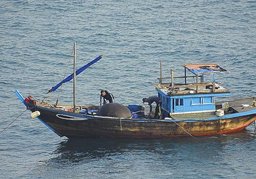 Tàu cá không số hiệu của nhóm ngư dân dùng thuốc nổ đánh cá bị tạm giữ. Ảnh: Lê Phước Chín.