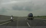 Nữ 'ninja Việt' phóng xe máy ngược chiều trên cao tốc