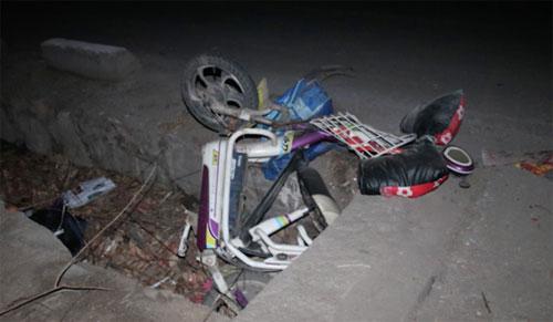 Chiếc xe điện gãy nát nằm bên đường nơi xảy ra tai nạn. Ảnh: The Paper.