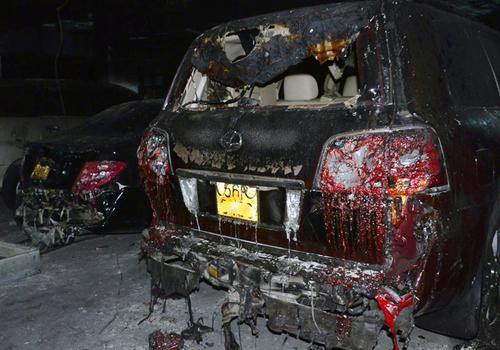 Hai xe sang cháy nham nhở trong hầm chung cư. Ảnh: Duy Trần
