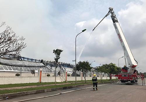 Xe cứu hỏa của Trung Quốc tham gia dập lửa. Ảnh: Minh Cương