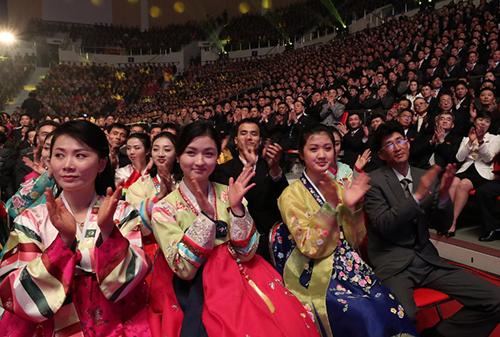 Hàng nghìn khán giả Triều Tiên vỗ tay vang dội cho các màn trình diễn. Ảnh: AFP