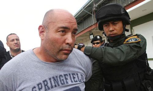 Joseph Hunter (áo xám) bị cảnh sát Thái Lan bắt ở Bangkok năm 2013. Ảnh: AP.