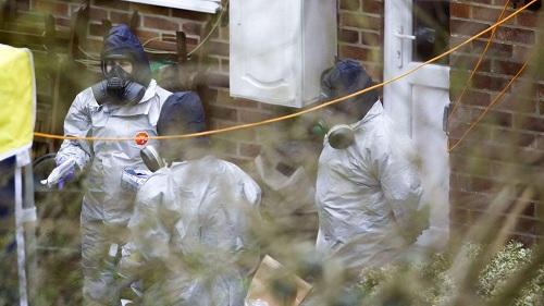 Giới chức Anh phát hiện nồng độ cao chất độc thần kinh trước cửa nhà Skripal. Ảnh: Reuters.