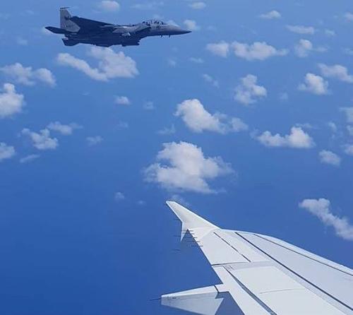 Chiến đấu cơkhông quân Singapore hộ tống máy bay của hãng Scoot quay lại sân bay Changi. Ảnh: RSAF