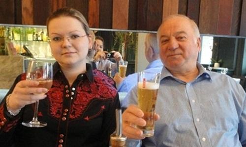 Cựu điệp viên Nga Sergei Skripal và con gái. Ảnh: Mirror.