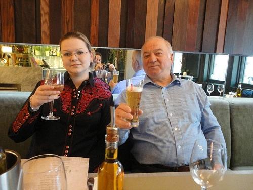 Ông Skripal và con gái ở nhà hàng Zizi tại thành phố Salisbury năm 2016. Đây là nhà hàng họ từng đến dùng bữa trước khi bị phát hiện bất tỉnh vì nhiễm độc thần kinh hôm 4/3 tại bãi đỗ xe gần đó. Ảnh: Facebook.