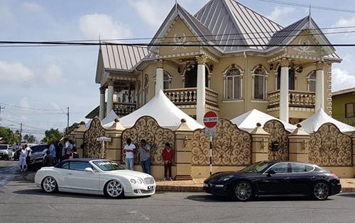 Các xe sang đỗ bên ngoài biệt thự của Sukhedo. Ảnh: Trinidad Express