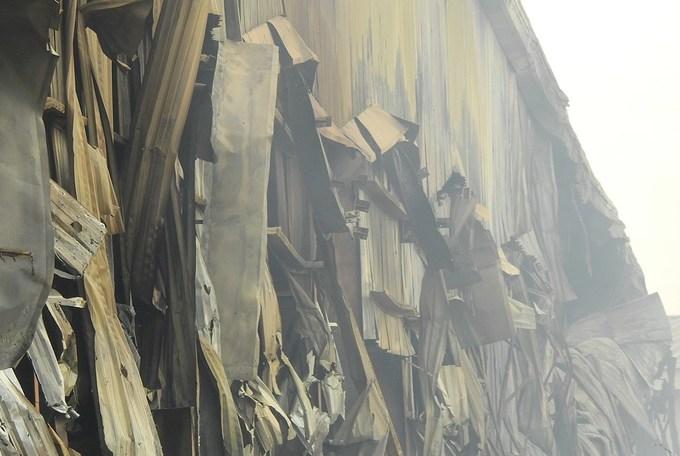 Kho bông vải hoang tàn sau đám cháy kéo dài 34 giờ