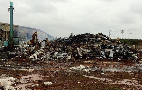 Phân xưởng 8.500 m2 bị thiêu rụi hoàn toàn sau nhiều giờ bốc cháy. Ảnh: Minh Cương