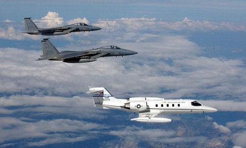 Phi đội F-15C huấn luyện áp sát mục tiêu khả nghi. Ảnh: USAF.
