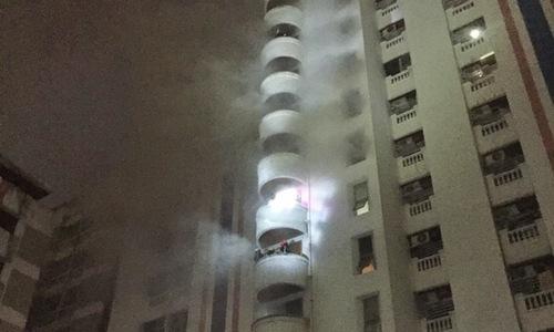 Lính cứu hỏa tìm kiếm nạn nhân trong vụ cháy chung cư Ratchathewi. Ảnh:Bangkok Post.