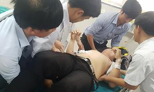 Nam sinh đâm trọng thương giáo viên vì bị nhắc xóa hình xăm