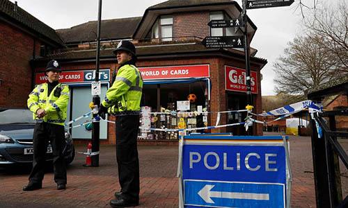 Cảnh sát Anh phong tỏa hiện trường ở thành phốSalisbury, nơi điệp viên hai mangSergei Skripal và con gái được tìm thấy trong tình trạng hôn mê trên băng ghế vào ngày 4/3. Ảnh: AFP.