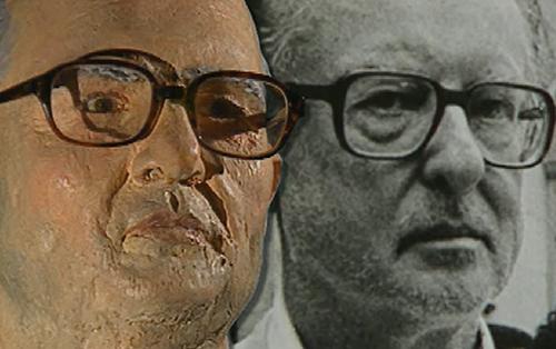 Bức tượng được tạo và khuôn mặt của kẻ sát nhân.