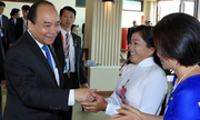 Thủ tướng Nguyễn Xuân Phúc tặng quà cho người Việt ở Campuchia