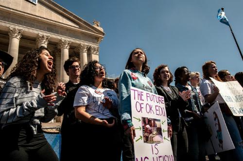Học sinh đứng trước tòa quốc hội bang vào ngày thứ ba của cuộc biểu tình đòi tăng lương cho giáo viên. Ảnh: Huffington Post