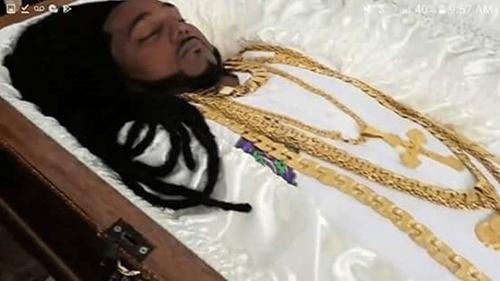 Thi thể Sukhedo được đeo nhiều trang sức vàng khi tang lễ diễn ra. Ảnh: Jam Press