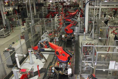 Nhà máy sản xuất của Tesla sử dụng nhiều robot thay cho con người. Ảnh: Businessinsider