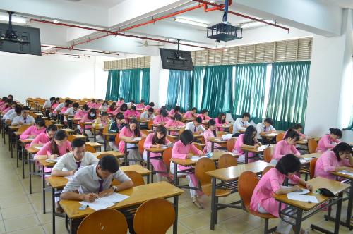 Sinh viên khoa Du lịch trường Văn Lang trong một giờ thi.