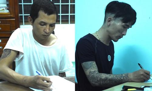 Đôn (trái) và Tuấn tại cơ quan công an. Ảnh: Phạm Sơn.