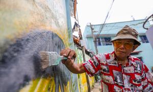 Ông lão tô điểm các con hẻm Sài Gòn