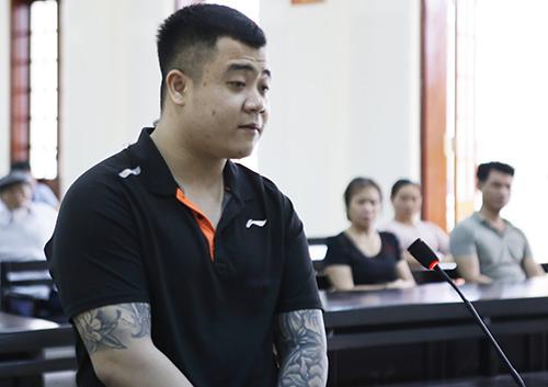 Trần Anh Tuấn nghe tòa tuyên án. Ảnh: Hải Bình.