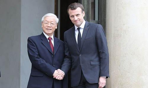 Tổng Bí thư Nguyễn Phú Trọng (trái) và Tổng thống Pháp Emmanuel Macron tại Điện Elysee ngày 27/3. Ảnh: Reuters.