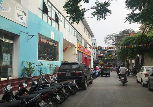 Lối vào tòa nhà tại46/230 Lạc Trung không đảm bảo thoát hiểm vì chỉ có một đường vào, lại chật hẹp.Ảnh: Đoàn Loan.