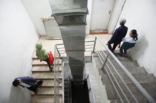 Chiều rộng của chiếu tới hẹp, chỉ 1,8 m, không đủ diện tích xây tường ngăn cháy. Ảnh: Ngọc Thành.