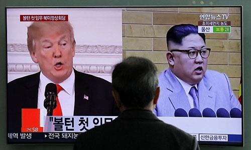 Một người dân Seoul, Hàn Quốc, theo dõi tin về Tổng thống Mỹ và lãnh đạo Triều Tiên qua màn hình. Ảnh: AP.
