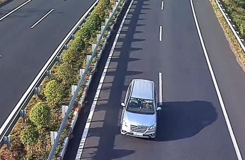Một ôtô biển số TP HCM chạy ngược chiều trên cao tốc Long Thành hôm 16/3. Ảnh: VEC E