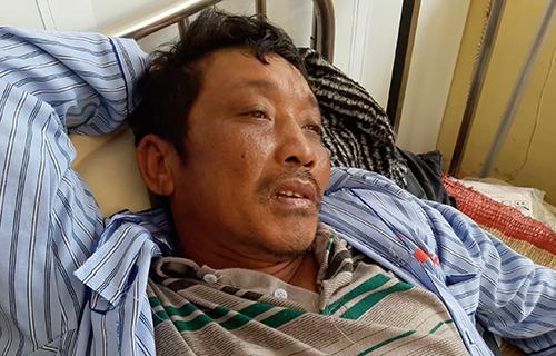 Thuyền viên Nguyễn Văn Quyền, một trong số 6 người bị thương nặng phải nhập viện.