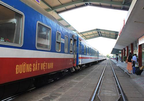 Ngành đường sắt giữ vai trò chủ lực vận tải hàng hóa và hành khách. Ảnh: Đ.Loan