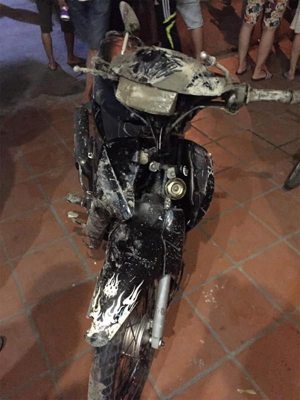 Một trong hai chiếc xe máy rơi xuống hố tử thần được người dân kéo lên. Ảnh: Minh Cương