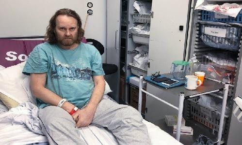 Wells gọicăn phòng anh nằm sau phẫu thuật là cái tủ bát. Ảnh: Metro.