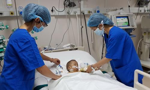 Bác sĩ ba viện nhi phối hợp mổ tim cho một em bé ở Đồng Nai