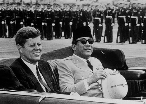 Sukarno (phải) và Tổng thống Mỹ J. F. Kennedy ở Washington năm 1961. Ảnh: Nusantara.