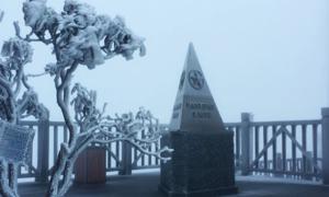 Băng tuyết xuất hiện trên đỉnh Fansipan