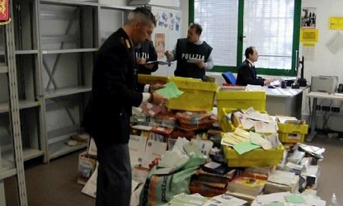 Một vụ bắt giữ số bưu thư không được chuyển đi trong nhà bưu táở Vicenza hồi tháng một. Ảnh: AFP.
