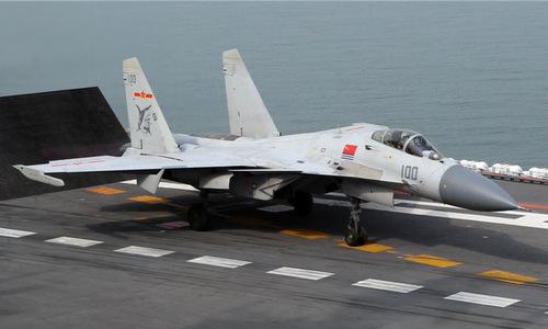 Tiêm kích J-15 diễn tập trên tàu sân bay Liêu Ninh hồi năm 2017. Ảnh: Peoples Daily.