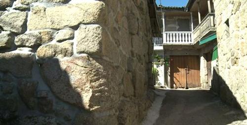 Lối vào ngôi nhà đơn sơ của Pantoja. Ảnh: BBC.